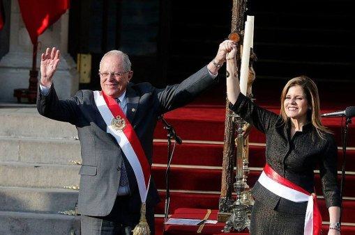 presidente-kuczynski-tomo-juramento-a-mercedes-ara-774217_tDAMfg6-jpg_976x0